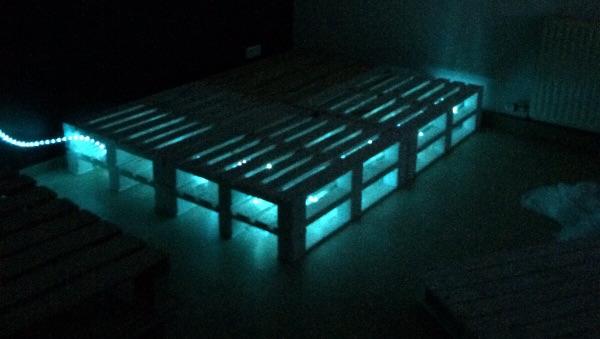 Diy Holzpalettenbett Mit Beleuchtung Ein Selbstgemachtes Bett