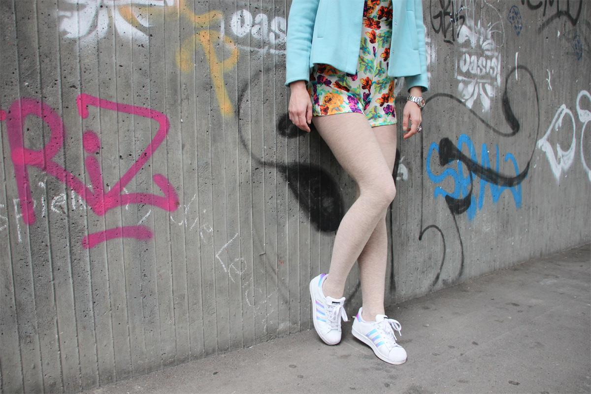 dani-overal-romper-blazer-blumen-sneaker_2