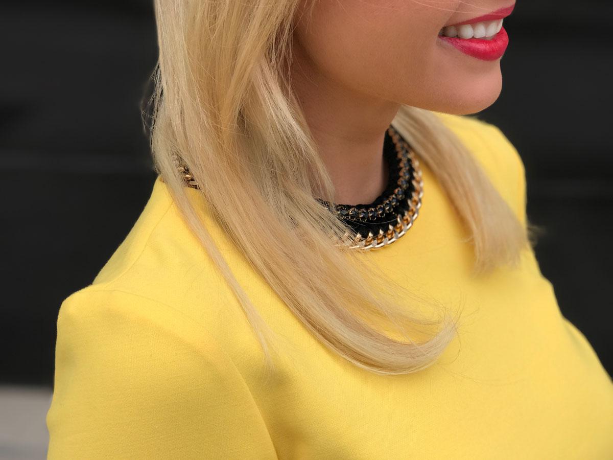 knallgelbes-kleid-gelber-kleid-yellow-dress-volant-sleeves-blond-girl-wearing-yellow