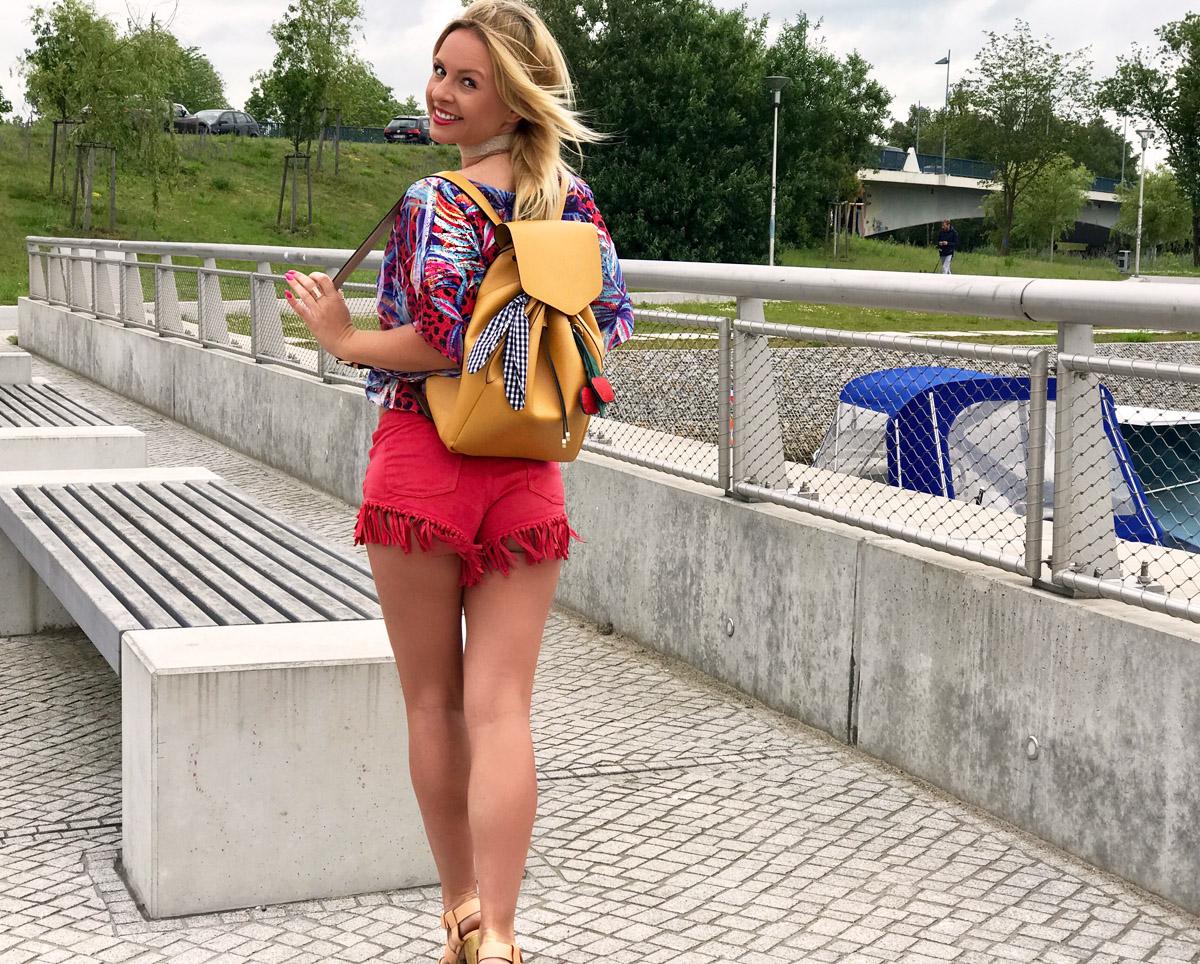 festival-outfit-ibiza-outfit-fransen-hose-red-hotpants-blockabsatz-schuhe-beige-julia-porath