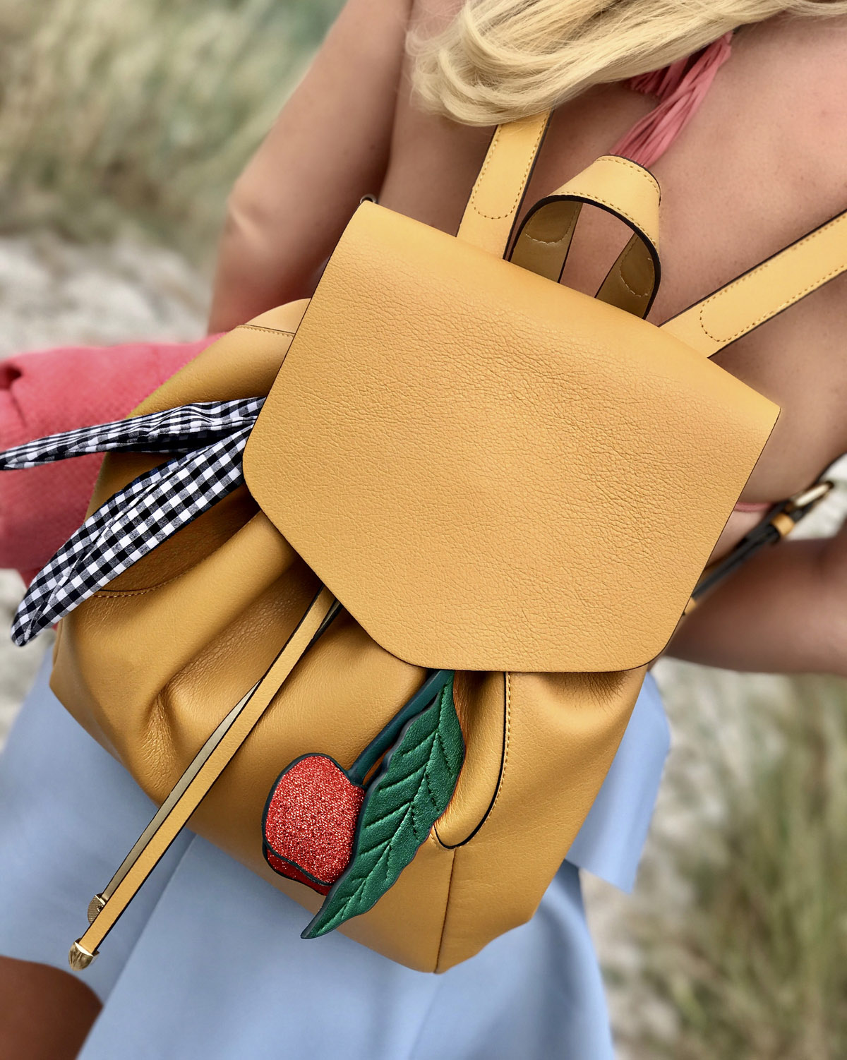 cherry-backpack-brauner-rucksack-beach-outfit-stockholm-strand