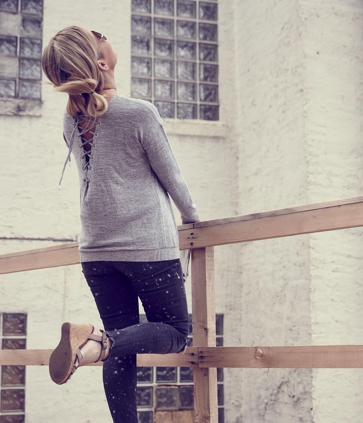 susanka_jeans-wedges-sonnenbrille-clutch_4