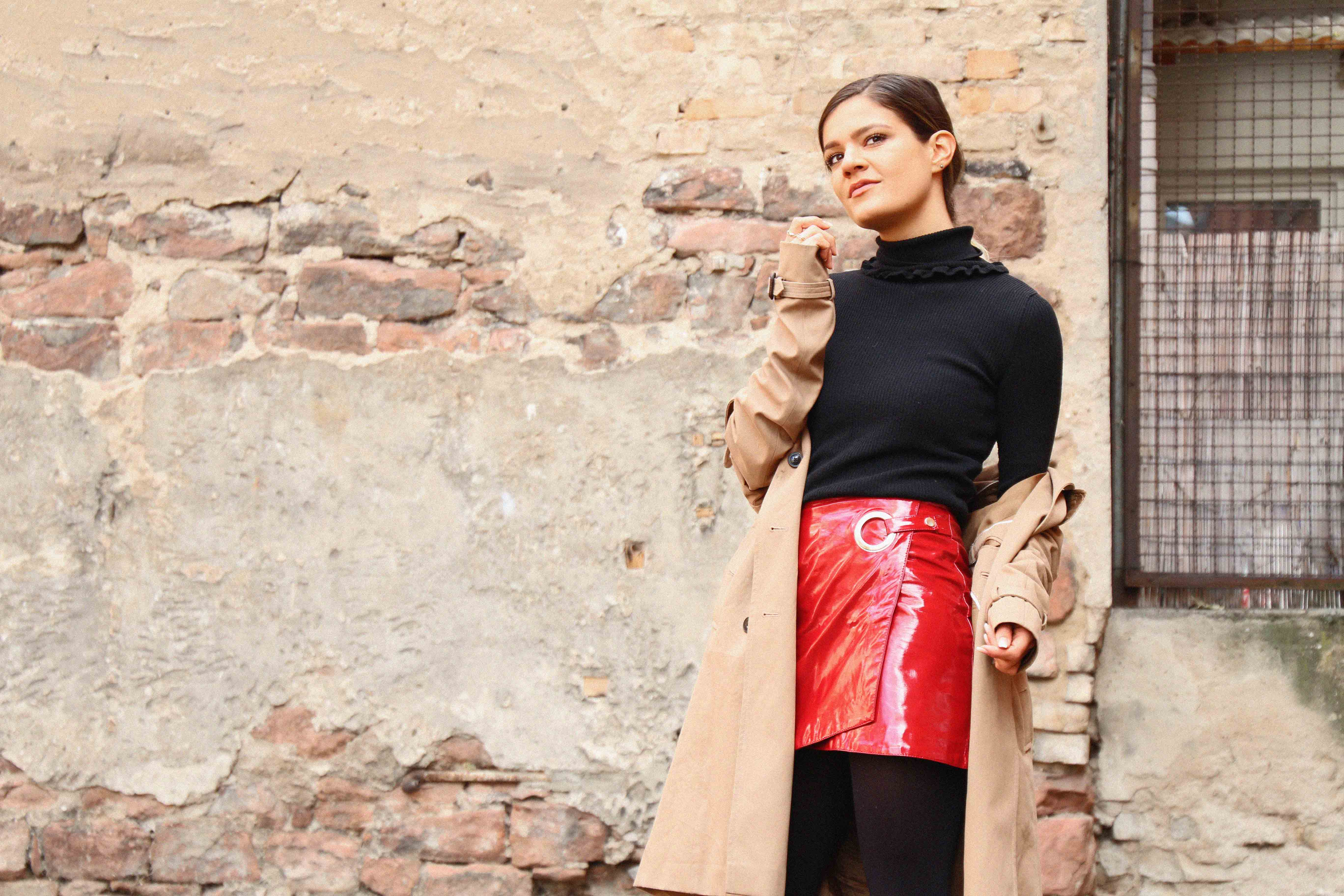 rollkragen-outfit-red-vinyl-skirt-turtle-neck-outfit